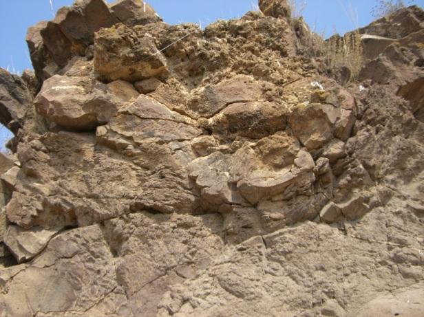 Veritas en la cima del edificio volcánico